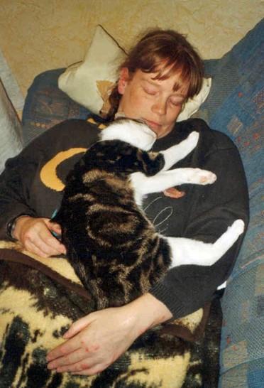 2002-08_Anji_kuschelt_bei_Frauchen