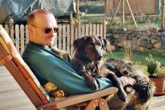 2005-01_Luckys_Sonnenbad_mit_Herrchen_2